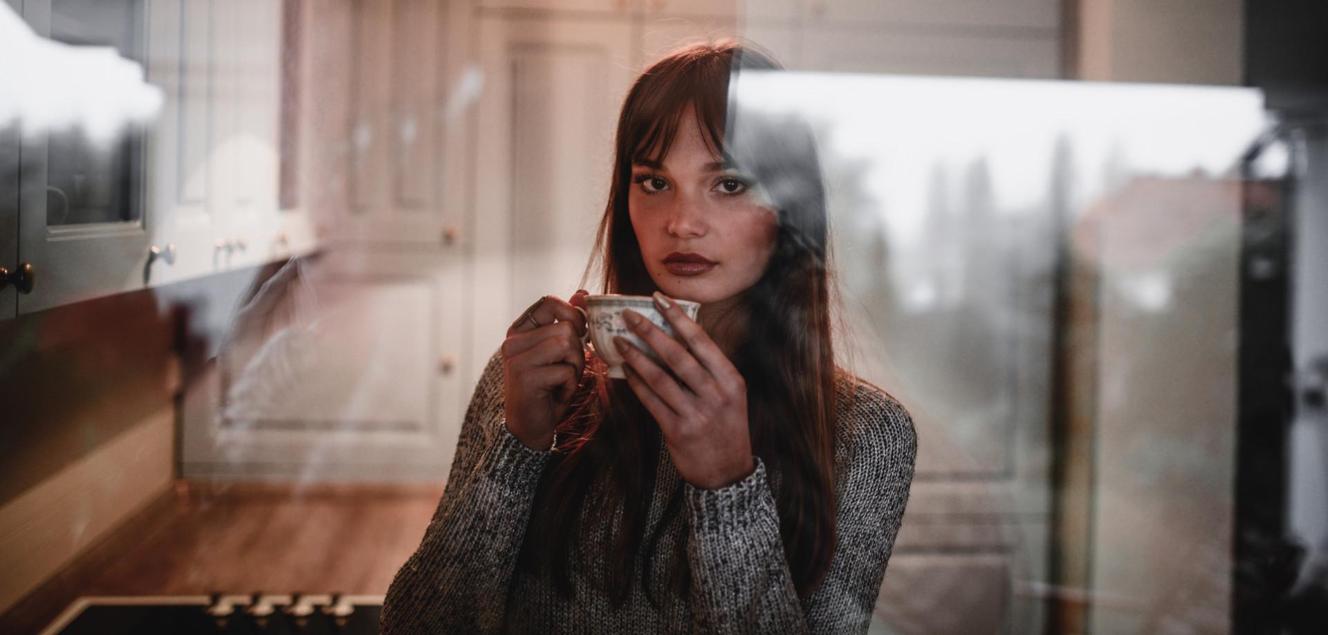 Essayer de lui montrer à quel point il est triste et perdu sans elle, avec l'espoir de la faire se sentir suffisamment coupable pour changer d'avis sur la rupture