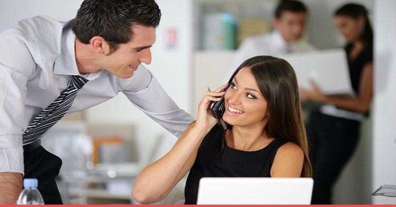 20 signes que le gars au travail vous aime comment dire avec certitude